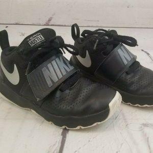 nike team hustle 13c black/silver sneakers